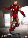 Hot Toys - The Avengers - Iron Man Mark VII 002