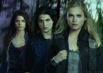 The 100 - Cast Photo - Eliza Taylor -  Marie Avgeropoulos - Thomas McDonell
